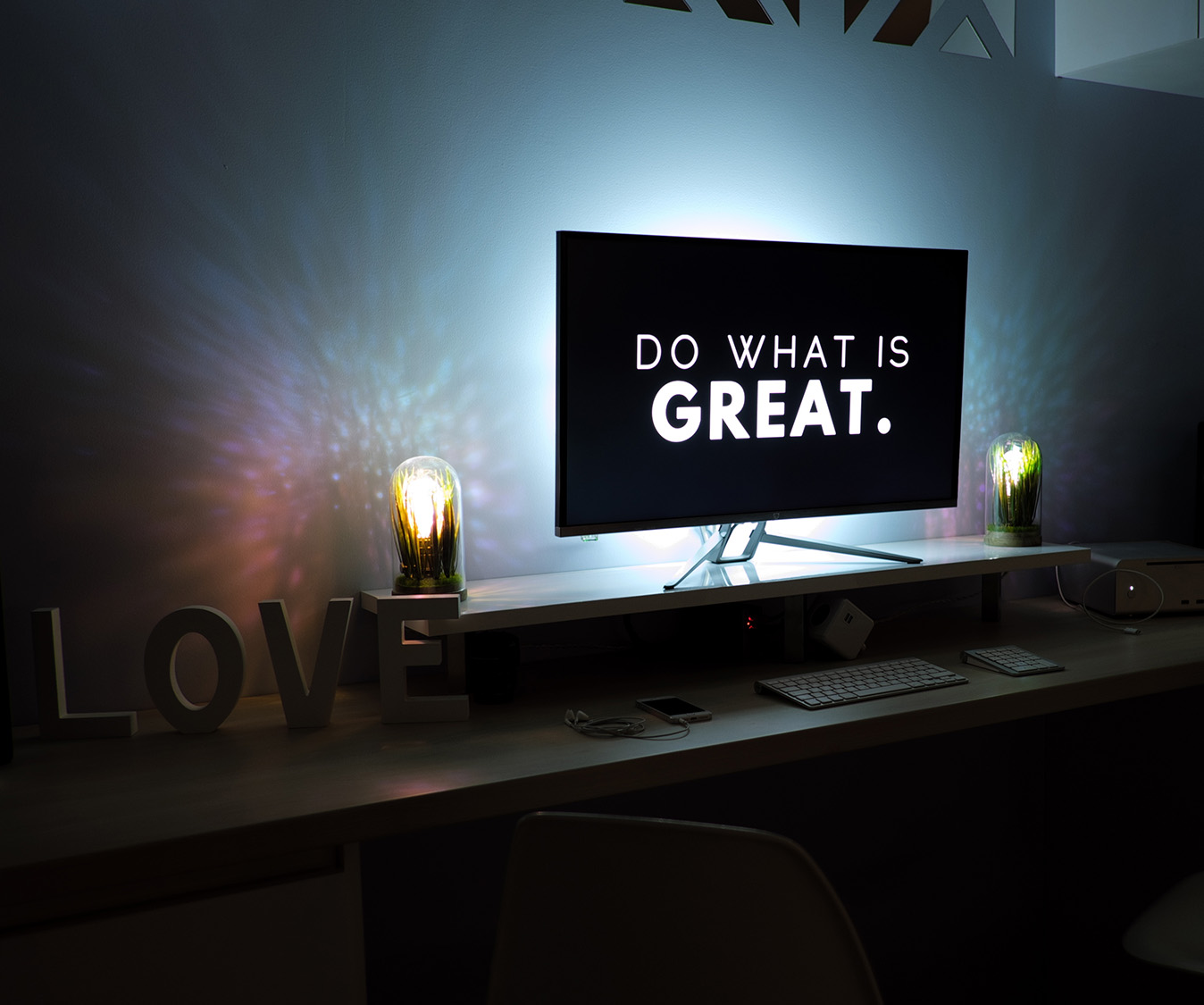 A photo of a computer that says do what is great